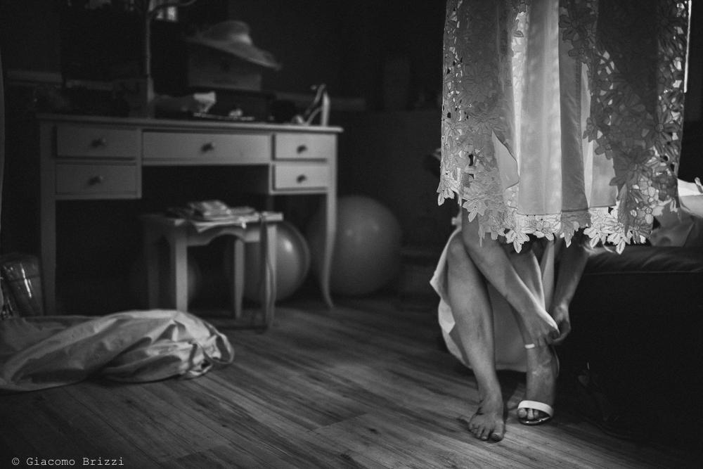 Un inquadratura sulle gambe della sposa, fotografo matrimonio ricevimento la ginestra, finale ligure