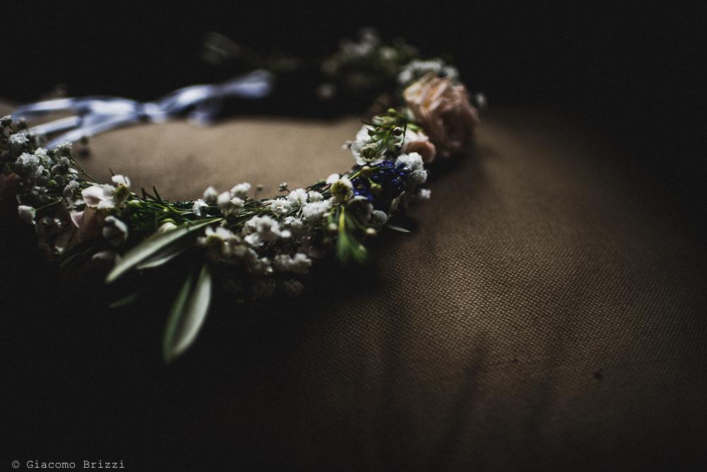 Inquadratura su corona di fiori della sposa, fotografo matrimonio ricevimento la ginestra, finale ligure