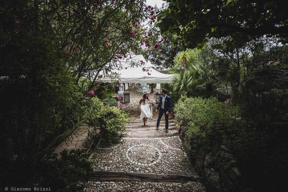 Gli sposi si inseguono, fotografo matrimonio ricevimento la ginestra, finale ligure