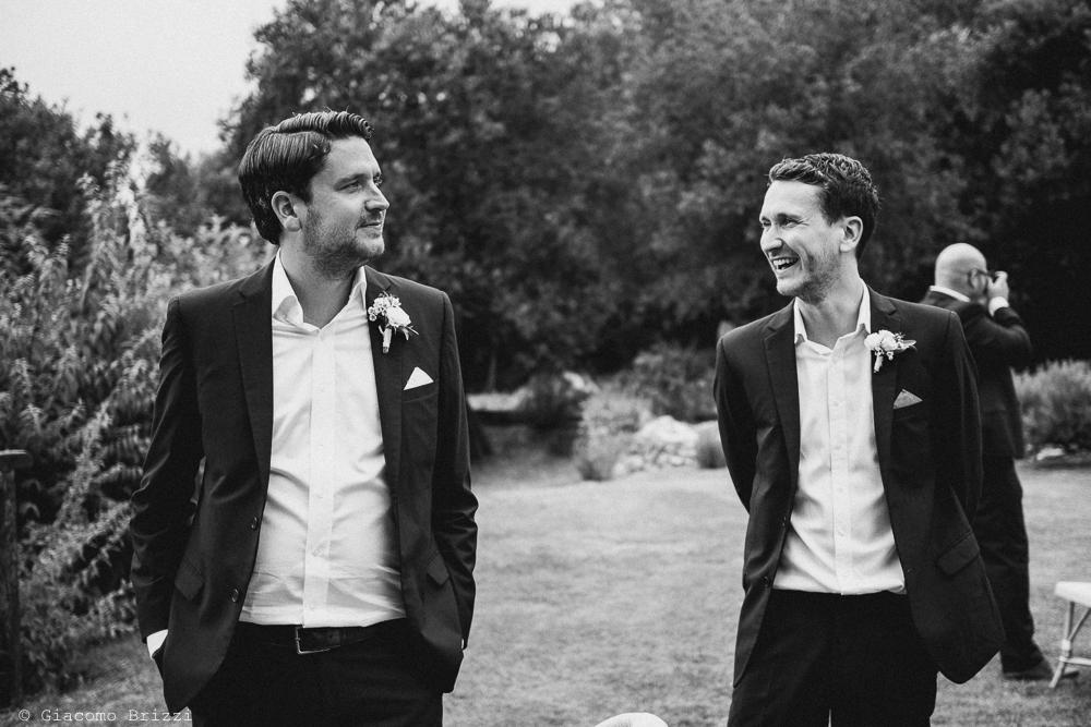 Lo sposo ed un invitato, fotografo matrimonio ricevimento la ginestra, finale ligure