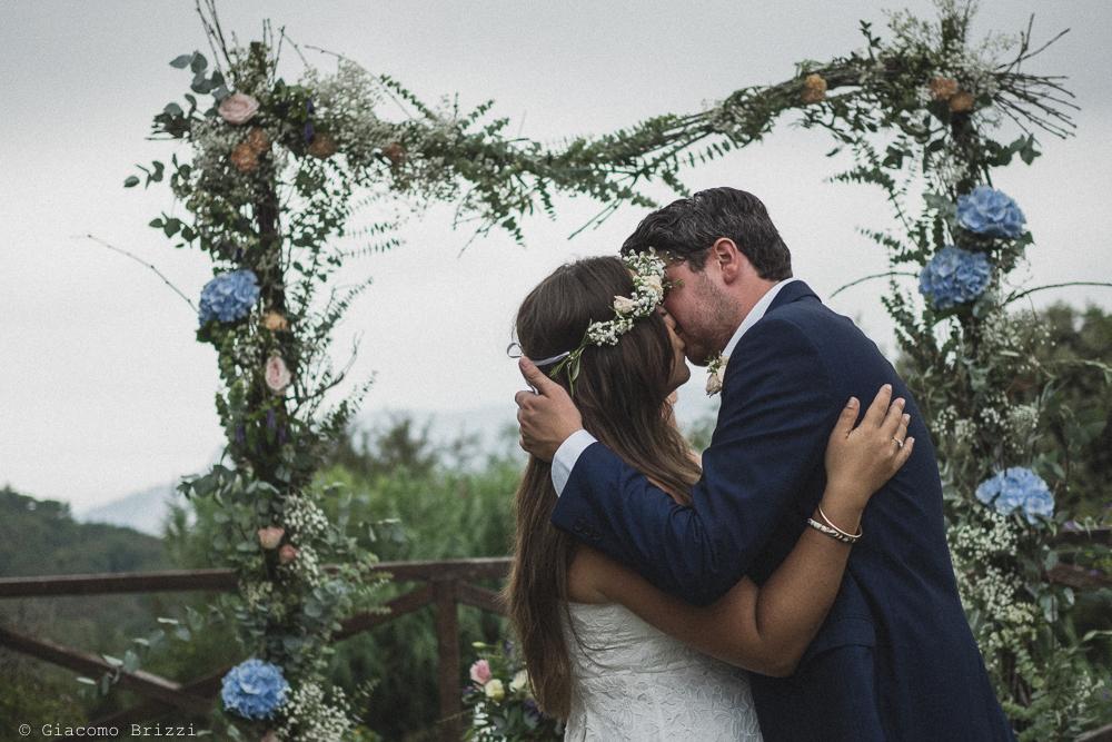 Bacio tra gli sposi, fotografo matrimonio ricevimento la ginestra, finale ligure
