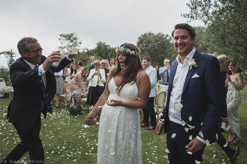 Gli sposi sono festeggiati con petali di fiori, fotografo matrimonio ricevimento la ginestra, finale ligure