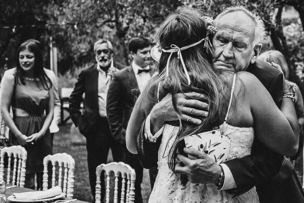 Un abbraccio alla sposa, fotografo matrimonio ricevimento la ginestra, finale ligure