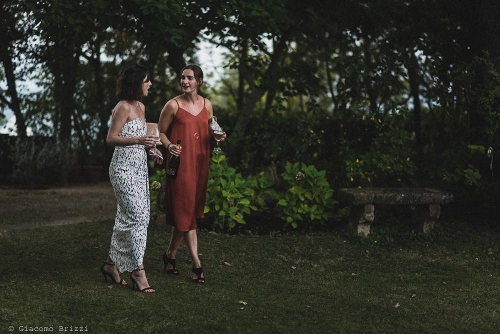 Due donne passeggiano, fotografo matrimonio ricevimento la ginestra, finale ligure