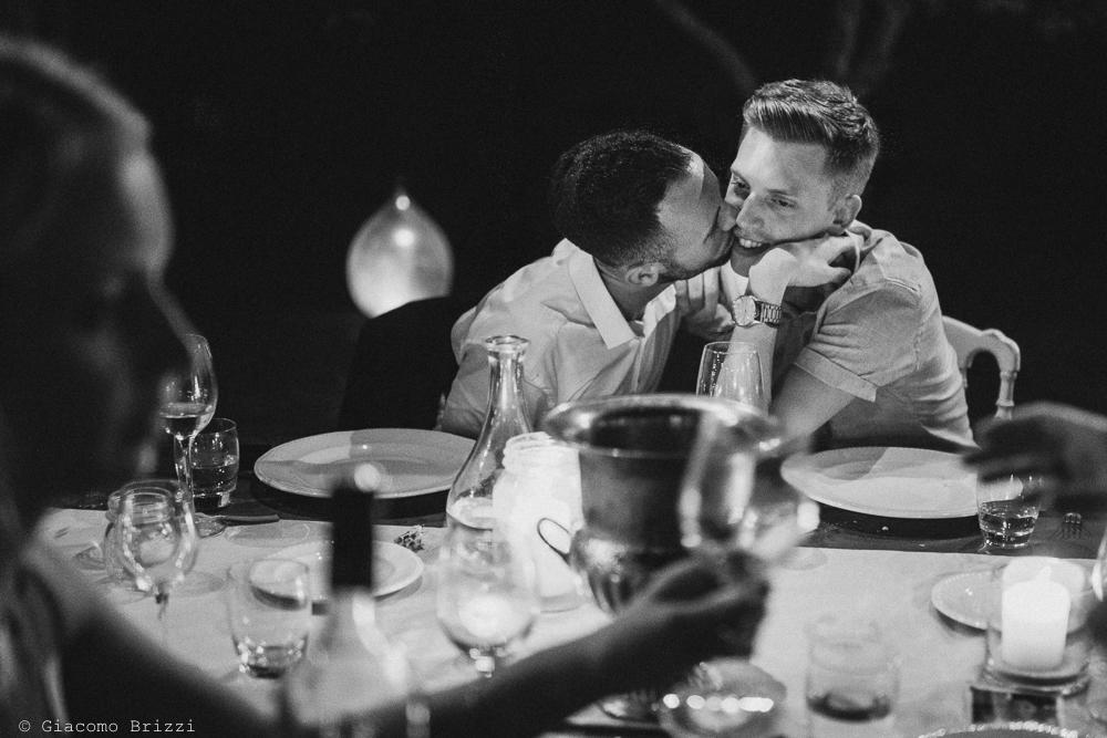Un bacio tra gli invitati del ricevimento, fotografo matrimonio ricevimento la ginestra, finale ligure