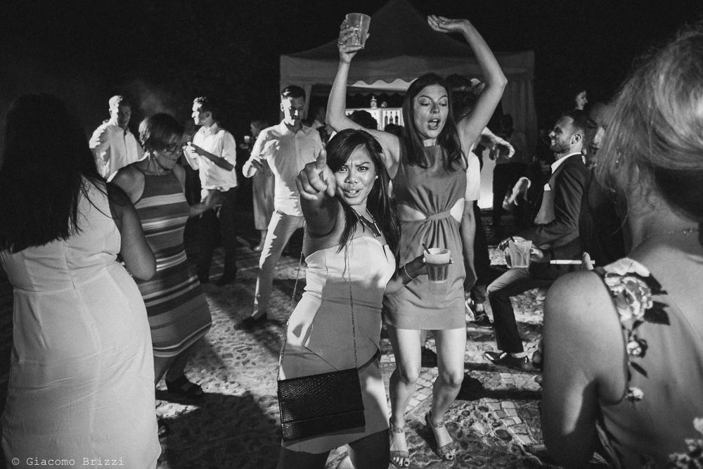 Gli invitati si divertono durante il ricevimento, fotografo matrimonio ricevimento la ginestra, finale ligure