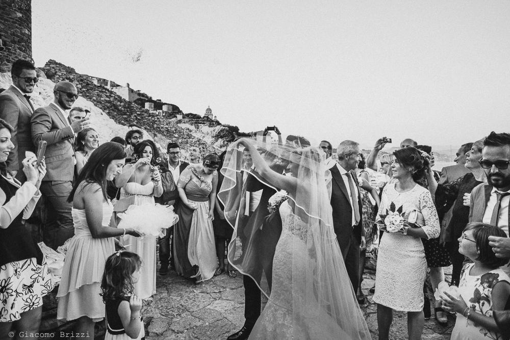 Gli sposi tra gli invitati fuori la chiesa, fotografo matrimonio ricevimento le terrazze, portovenere