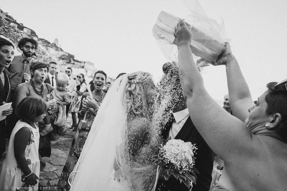 Un bacio tra gli sposi, fotografo matrimonio ricevimento le terrazze, portovenere