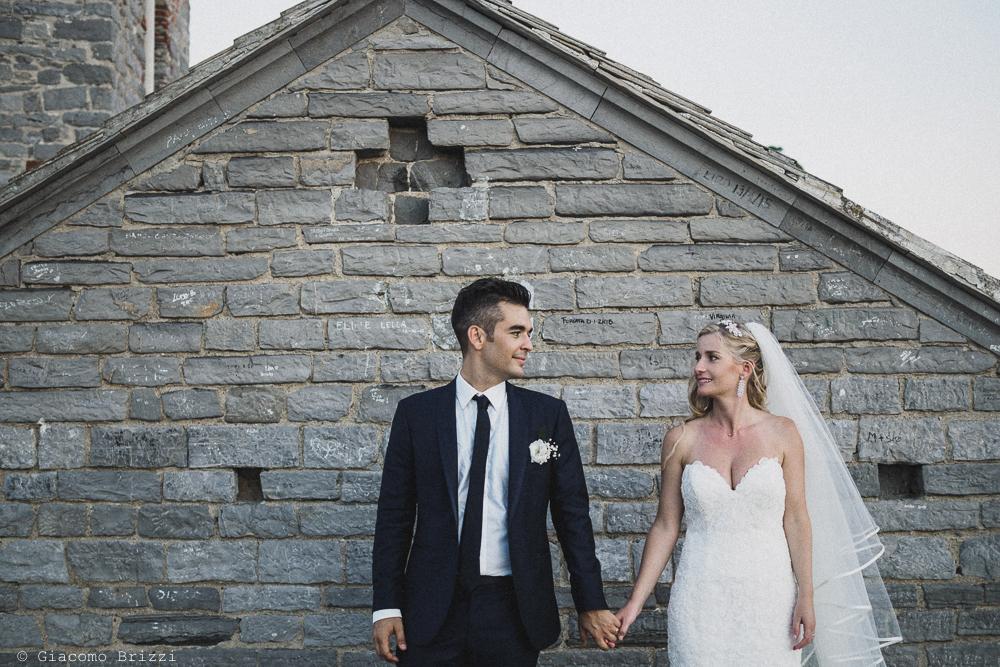 Gli sposi mano nella mano, fotografo matrimonio ricevimento le terrazze, portovenere