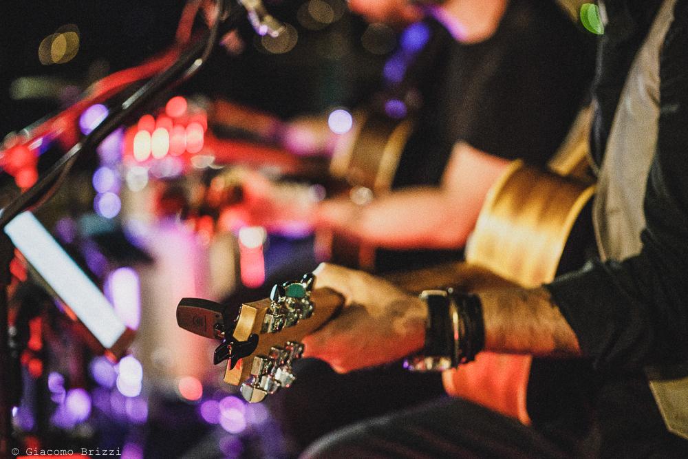 Foto dettaglio sulla chitarra del musicista, fotografo matrimonio ricevimento le terrazze, portovenere