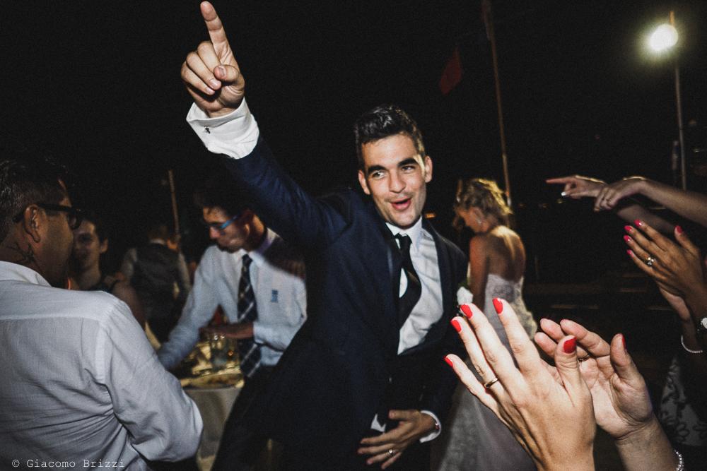 Lo sposo impegnato nel ballo, fotografo matrimonio ricevimento le terrazze, portovenere