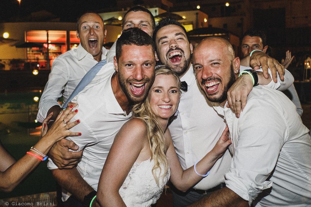 La sposa attorniata dagli invitati, fotografo matrimonio ricevimento le terrazze, portovenere