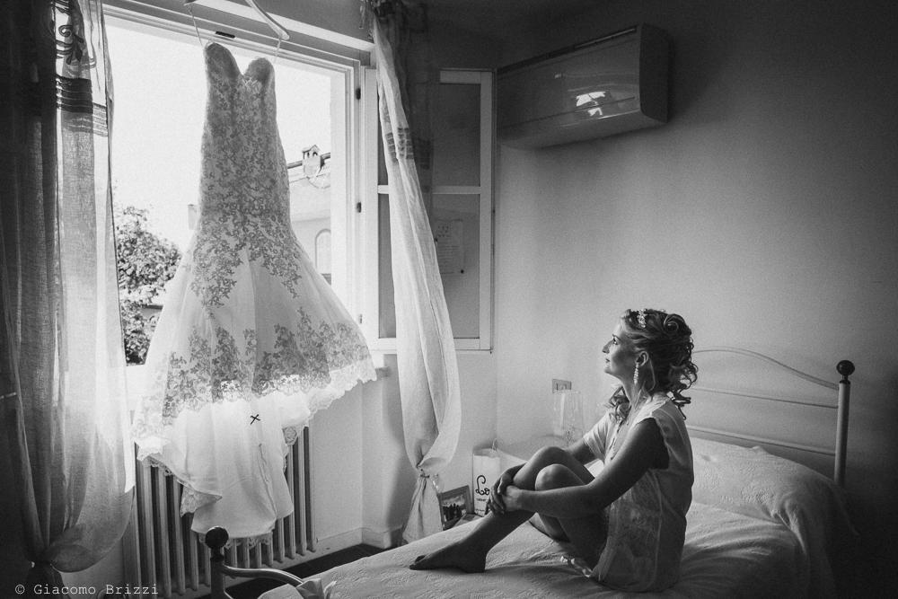 La sposa ammira il suo abito, fotografo matrimonio ricevimento le terrazze, portovenere