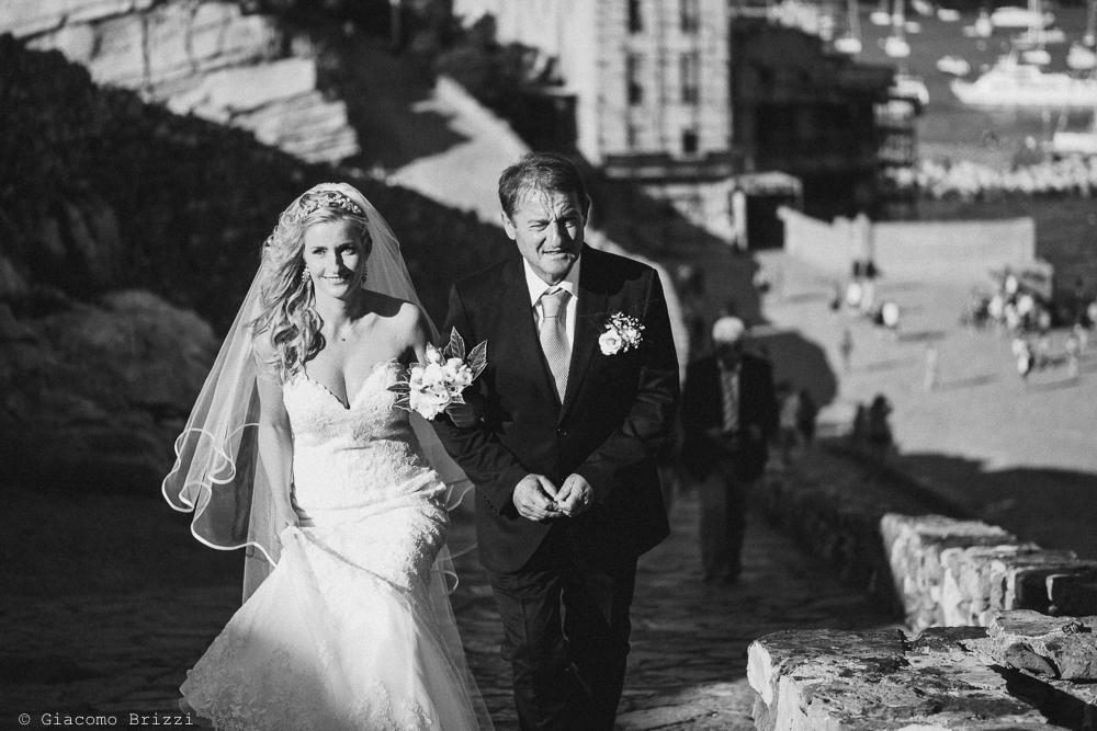 La sposa giunge in chiesa, fotografo matrimonio ricevimento le terrazze, portovenere