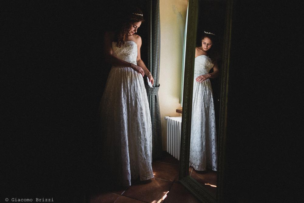 La sposa riflessa nello specchio, fotografo matrimonio ricevimento ponte del vegnuti, ceserano