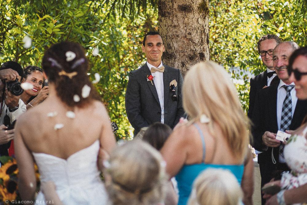 La sposa raggiunge lo sposo, fotografo matrimonio ricevimento ponte del vegnuti, ceserano