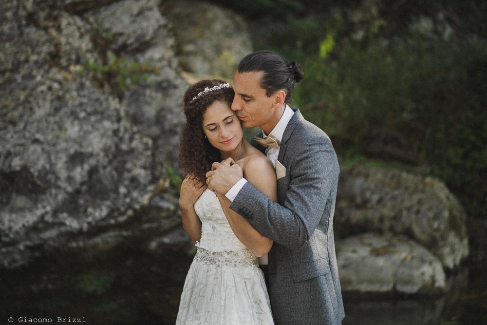 Lo sposo abbraccia la sposa, fotografo matrimonio ricevimento ponte del vegnuti, ceserano