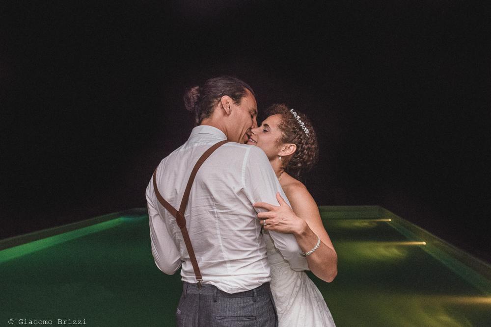 Gli sposi si baciano, fotografo matrimonio ricevimento ponte del vegnuti, ceserano
