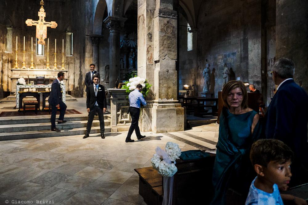 Lo sposo attende in chiesa la sua sposa, fotografo matrimonio ricevimento Sunset, Forte dei Marmi