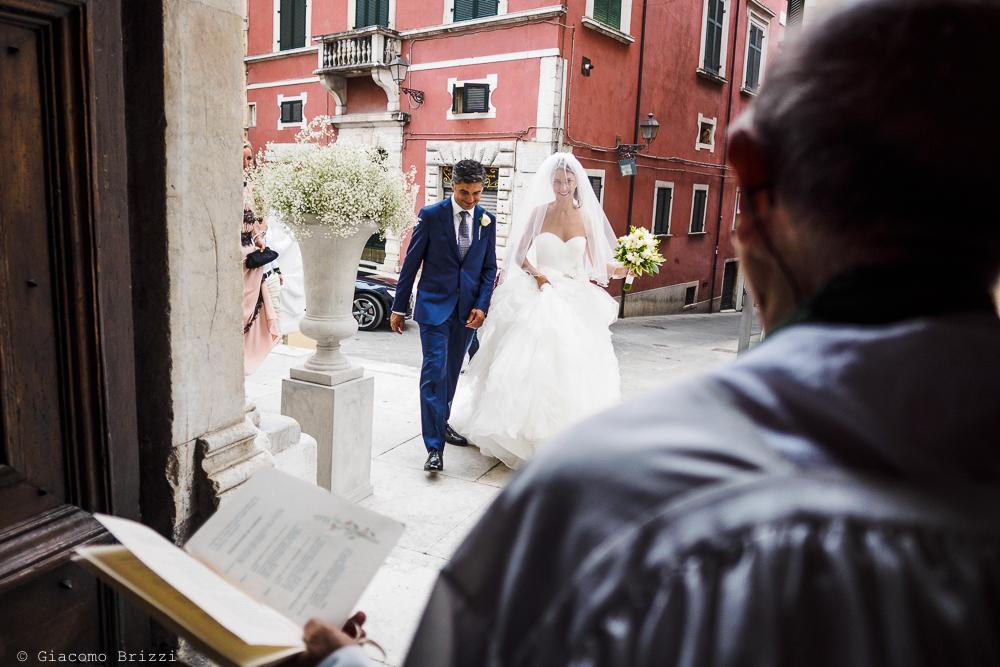 La sposa arriva in chiesa accompagnata, fotografo matrimonio ricevimento Sunset, Forte dei Marmi