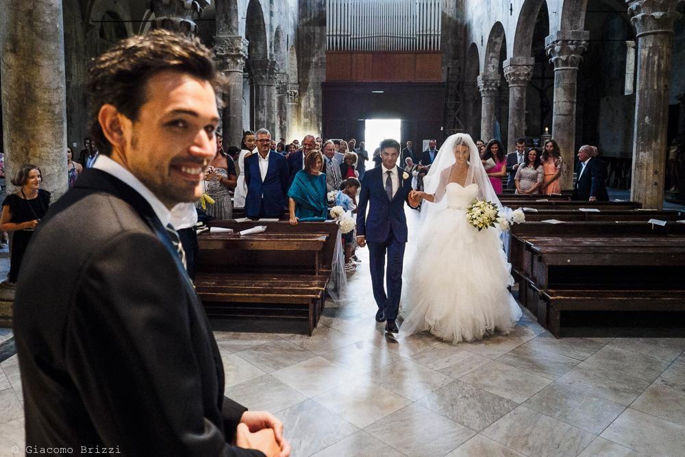 La sposa raggiunge lo sposo all'altare, fotografo matrimonio ricevimento Sunset, Forte dei Marmi
