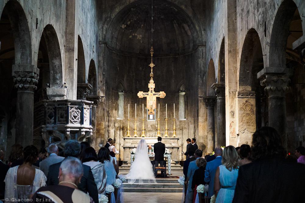 Gli sposi sono all'altare durante la celebrazione della cerimonia, fotografo matrimonio ricevimento Sunset, Forte dei Marmi