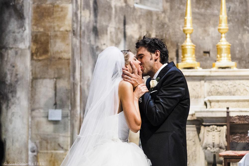 Il bacio tra gli sposi, fotografo matrimonio ricevimento Sunset, Forte dei Marmi