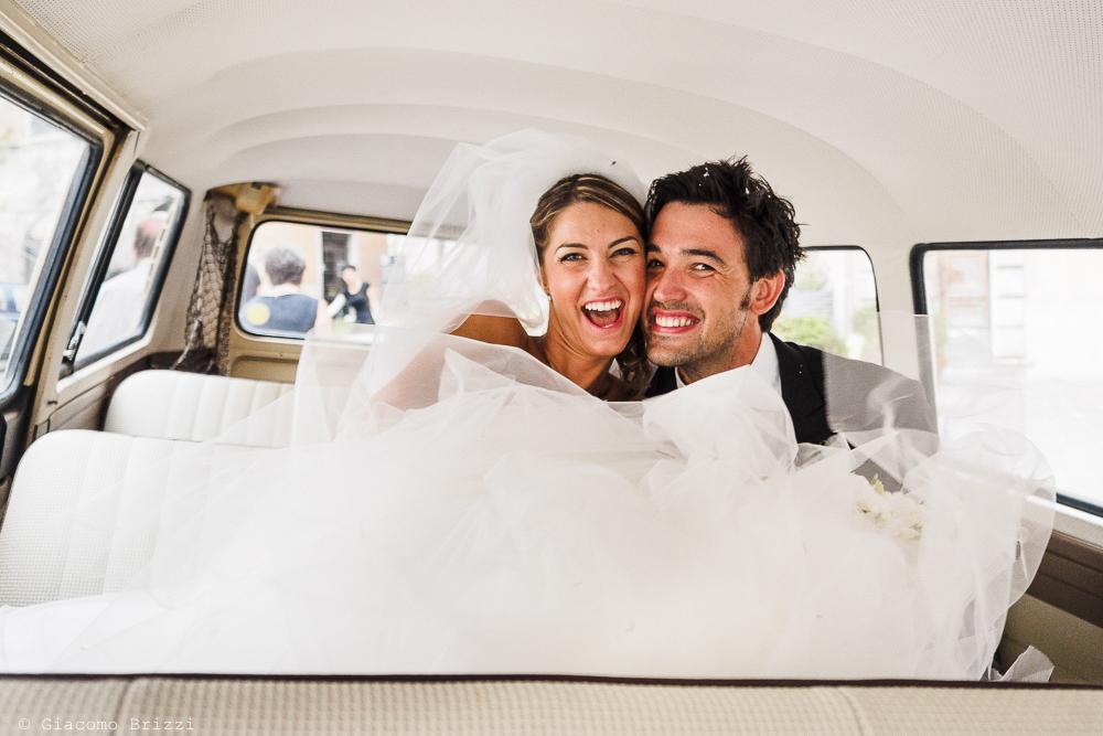 Gli sposi in auto, fotografo matrimonio ricevimento Sunset, Forte dei Marmi