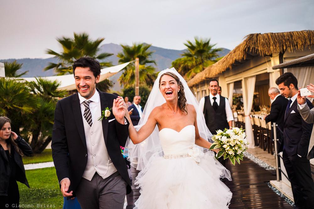 Gli sposi raggiungono gli invitati al Sunset, fotografo matrimonio ricevimento Sunset, Forte dei Marmi