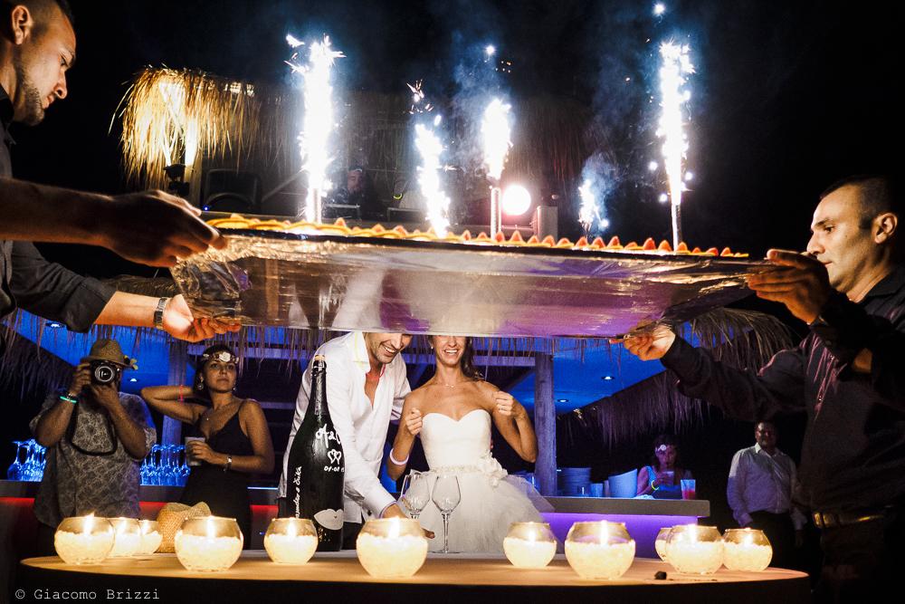 L'arrivo della torta nuziale, fotografo matrimonio ricevimento Sunset, Forte dei Marmi