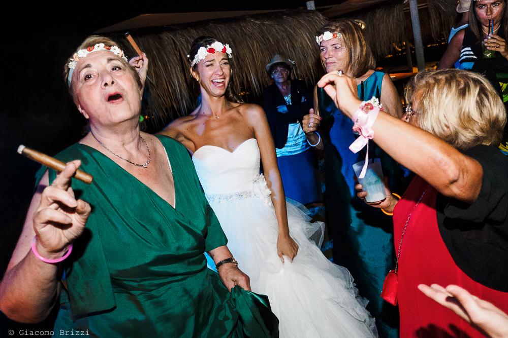 La sposa tra le sue amiche, fotografo matrimonio ricevimento Sunset, Forte dei Marmi