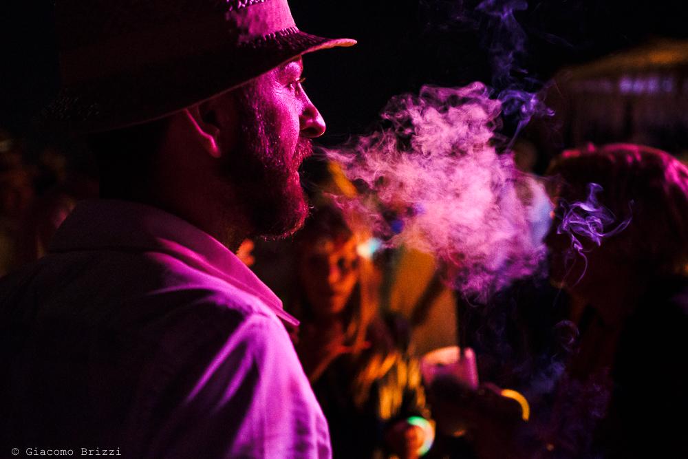 Uomo che fuma di profilo, fotografo matrimonio ricevimento Sunset, Forte dei Marmi