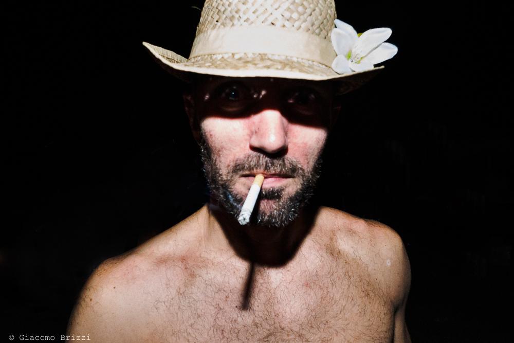 Primo piano sposo con cappello e sigaretta, fotografo matrimonio ricevimento Sunset, Forte dei Marmi