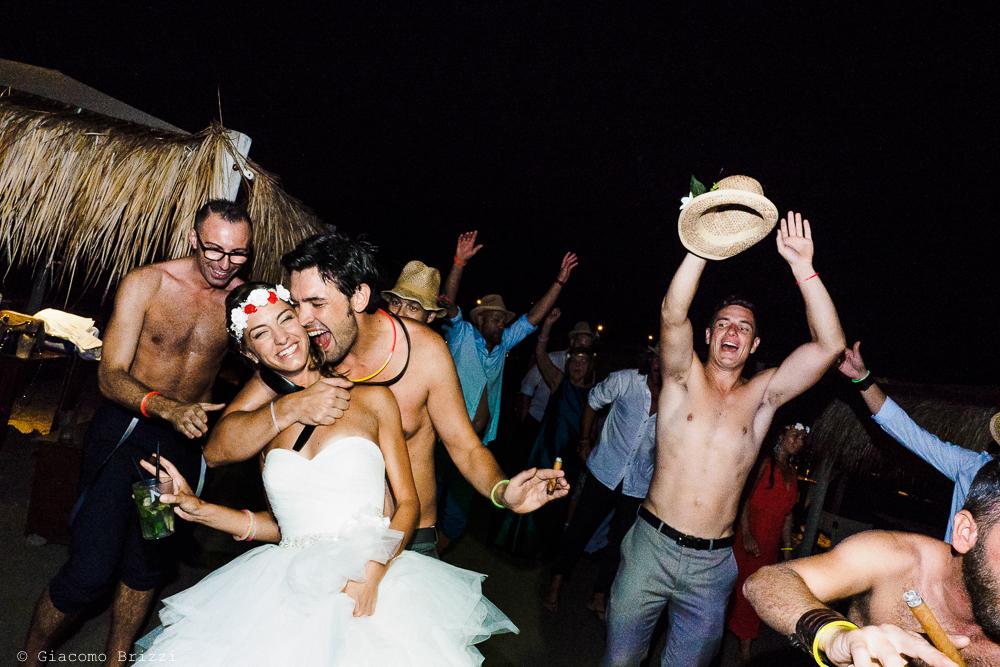Balli sfrenati in spiaggia, fotografo matrimonio ricevimento Sunset, Forte dei Marmi