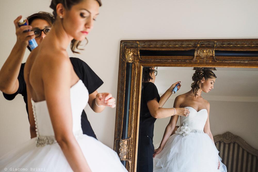 La sposa durante i preparativi, riflessa nello specchio, fotografo matrimonio ricevimento Sunset, Forte dei Marmi