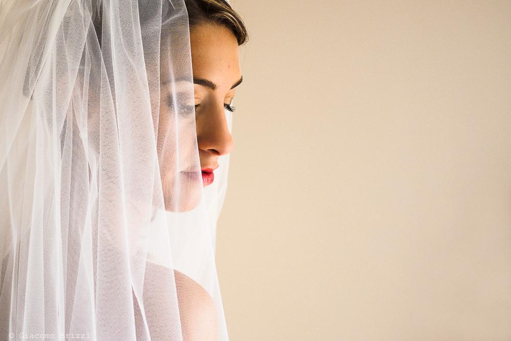 Primo piano sulla sposa di profilo, fotografo matrimonio ricevimento Sunset, Forte dei Marmi