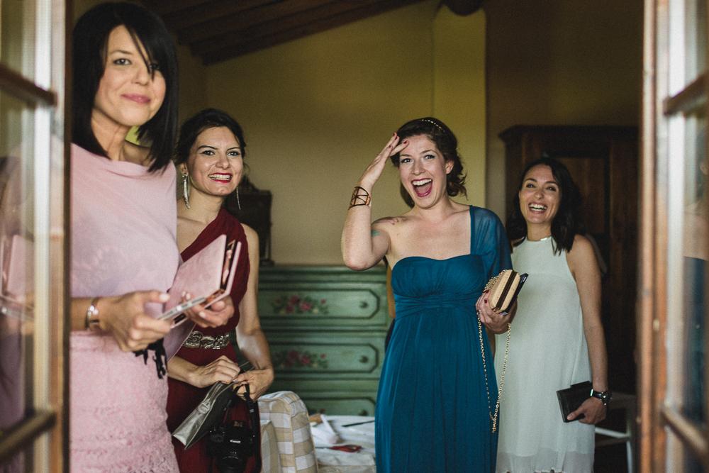 Foto di gruppo delle invitate matrimonio ricevimento terre di nano