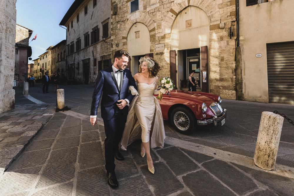 Gli sposi si incamminano verso la chiesa matrimonio ricevimento terre di nano
