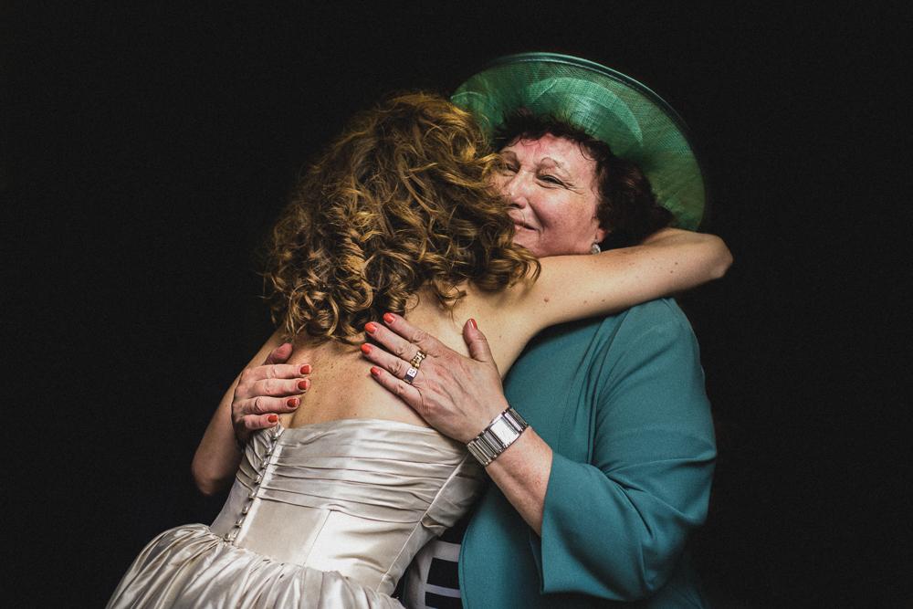 Un abbraccio alla sposa matrimonio ricevimento terre di nano