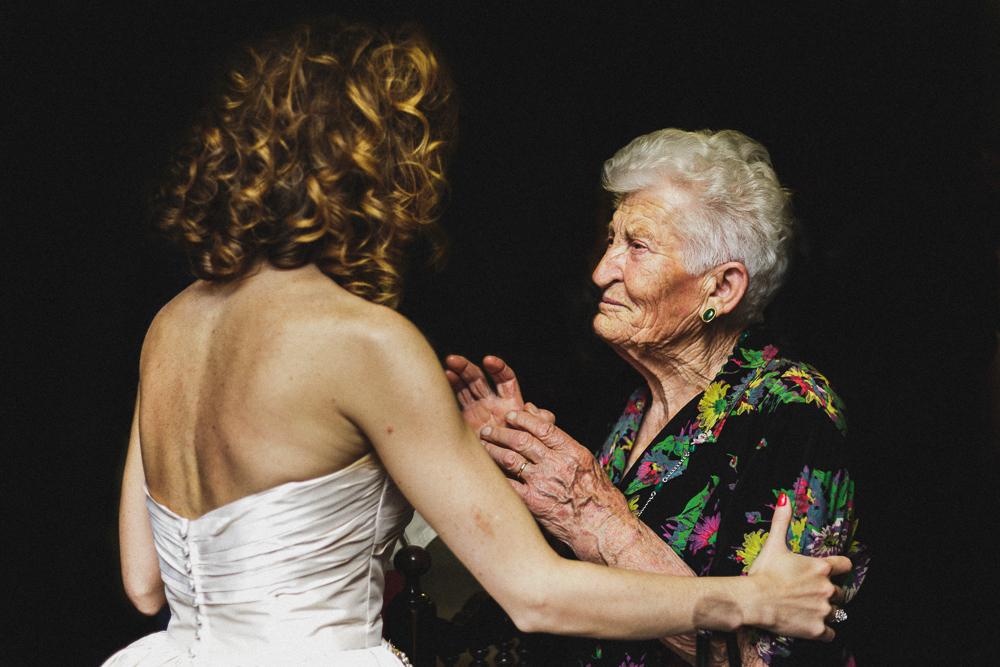 Primo piano su complimenti alla sposa matrimonio ricevimento terre di nano