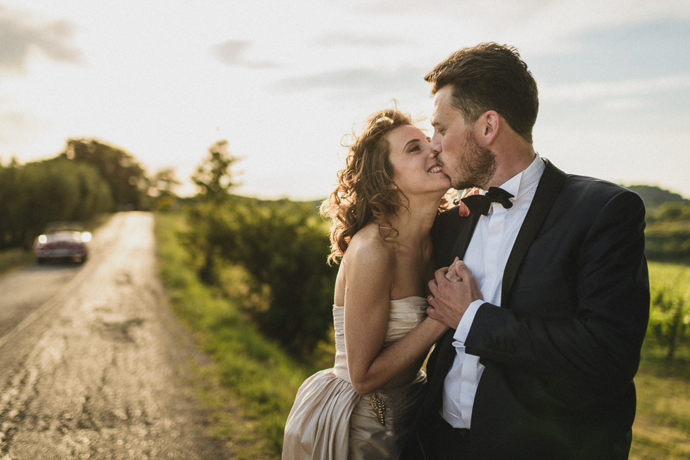 Gli sposi si baciano matrimonio ricevimento terre di nano