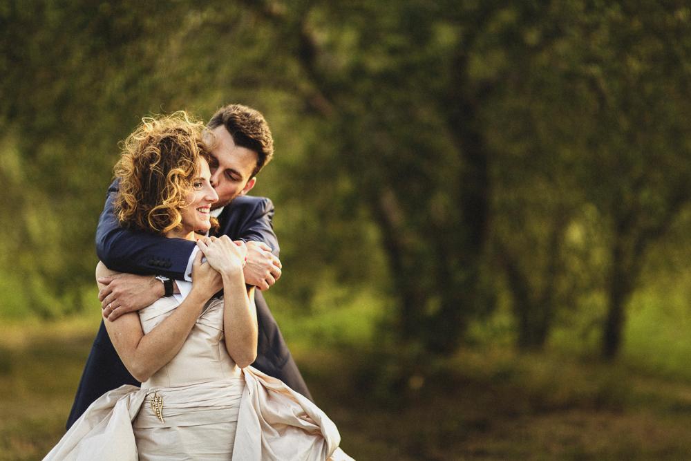 Un abbraccio tra gli sposi matrimonio ricevimento terre di nano