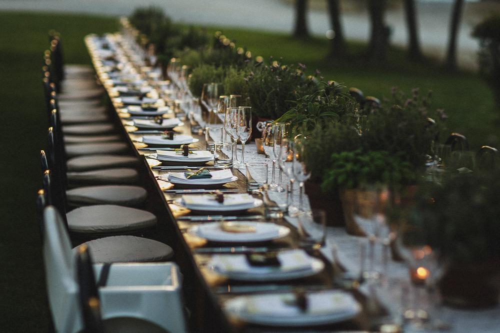 Inquadratura sulla tavola al ricevimento matrimonio ricevimento terre di nano