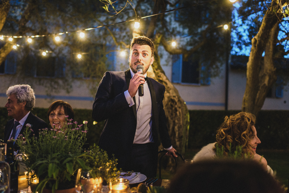 Inquadratura sullo sposo al ricevimento matrimonio ricevimento terre di nano