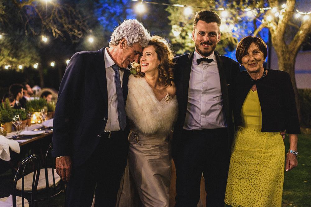 Un abbraccio con gli sposi al ricevimento matrimonio ricevimento terre di nano