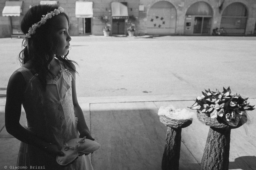 Damigella con le fedi, fotografo matrimonio ricevimento villa fanini, Lucca