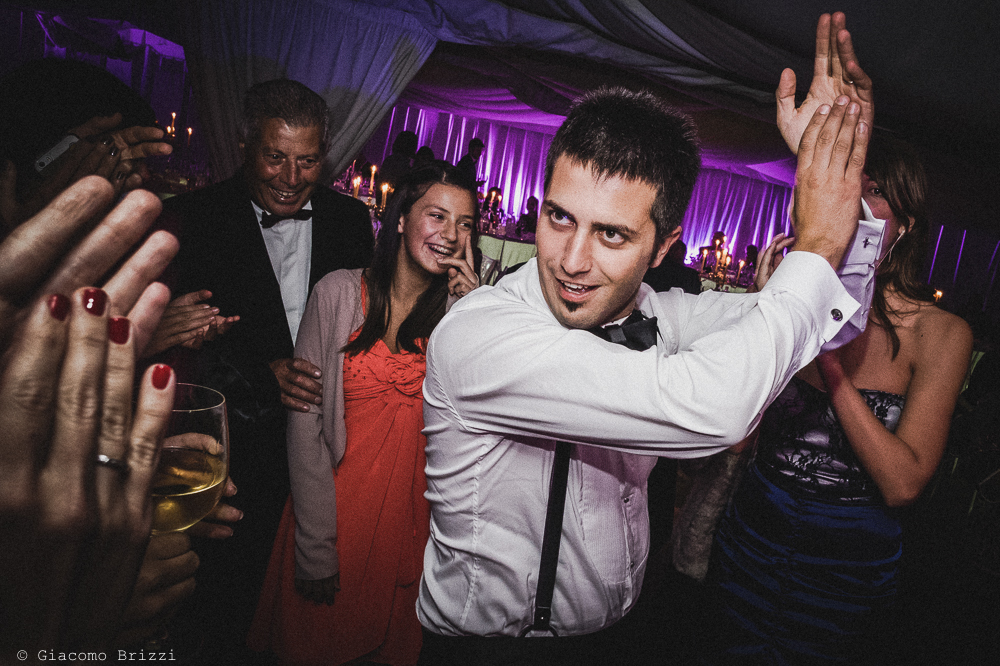 Lo sposo sta ballando, fotografo matrimonio ricevimento villa fanini, Lucca