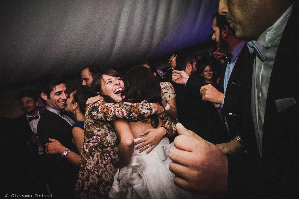 La sposa attorniata dagli invitati, fotografo matrimonio ricevimento villa fanini, Lucca