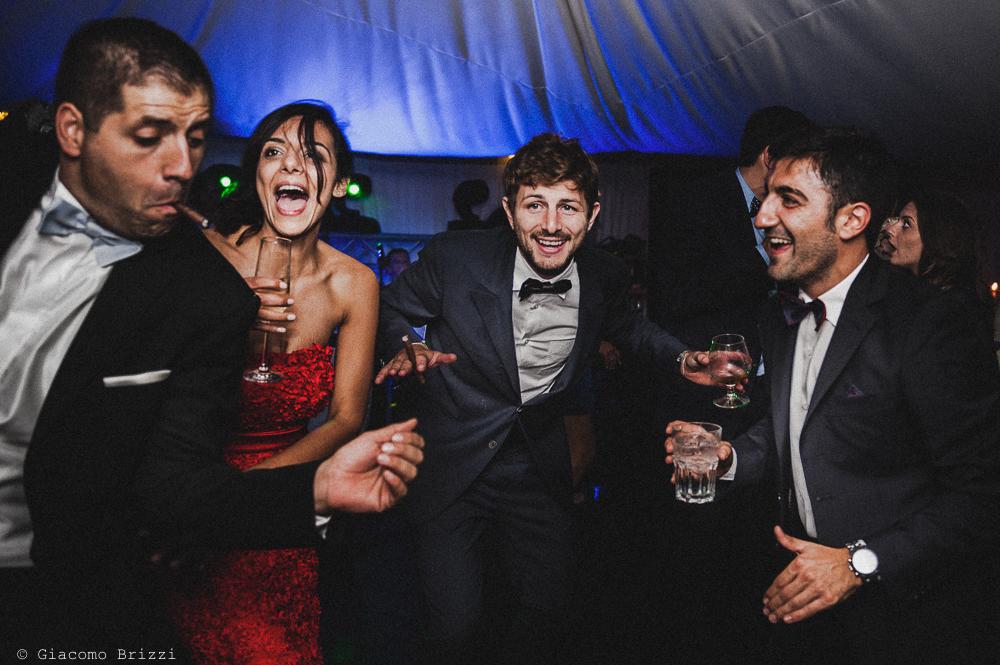 Un momento goliardico degli invitati, fotografo matrimonio ricevimento villa fanini, Lucca
