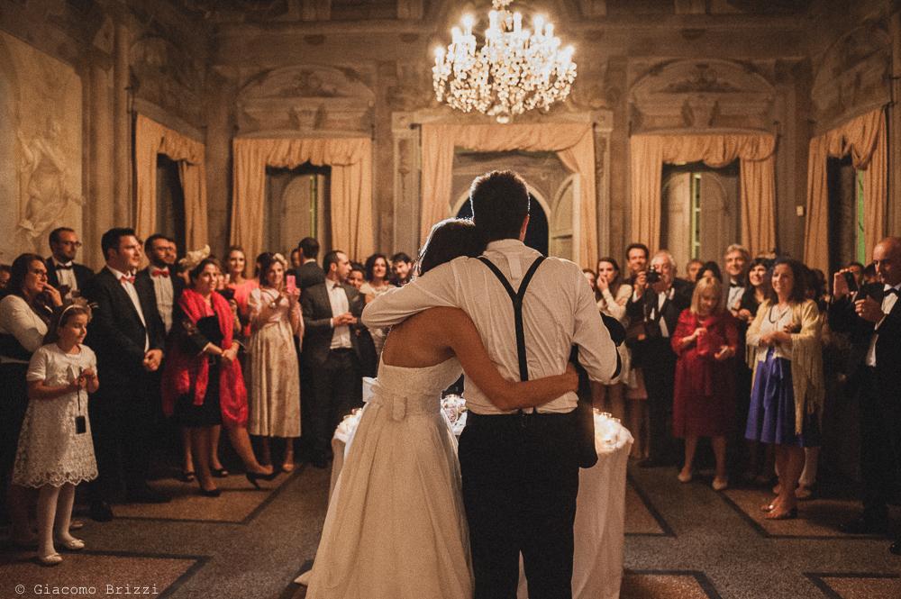 Foto di gruppo della sala con gli sposi di spalle, fotografo matrimonio ricevimento villa fanini, Lucca